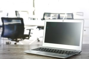 Niezabezpieczone komputery w pracy